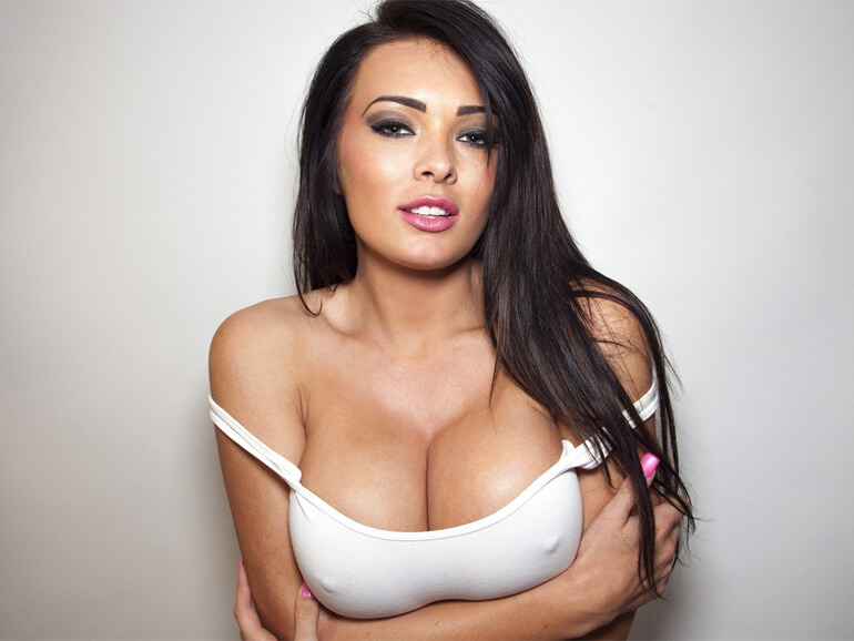 geile frau mit dicke titten zeigt sich vor der sexcam