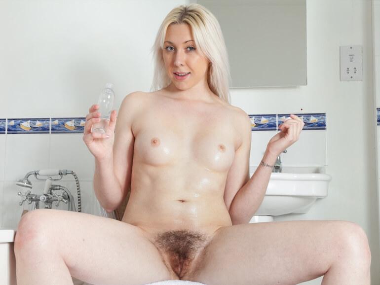 unrasierte blondine zeigt sich bei der intimrasur vor der cam
